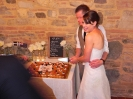 wedding party of Matt & Laura - Tenuta La Borriana - cut the cake